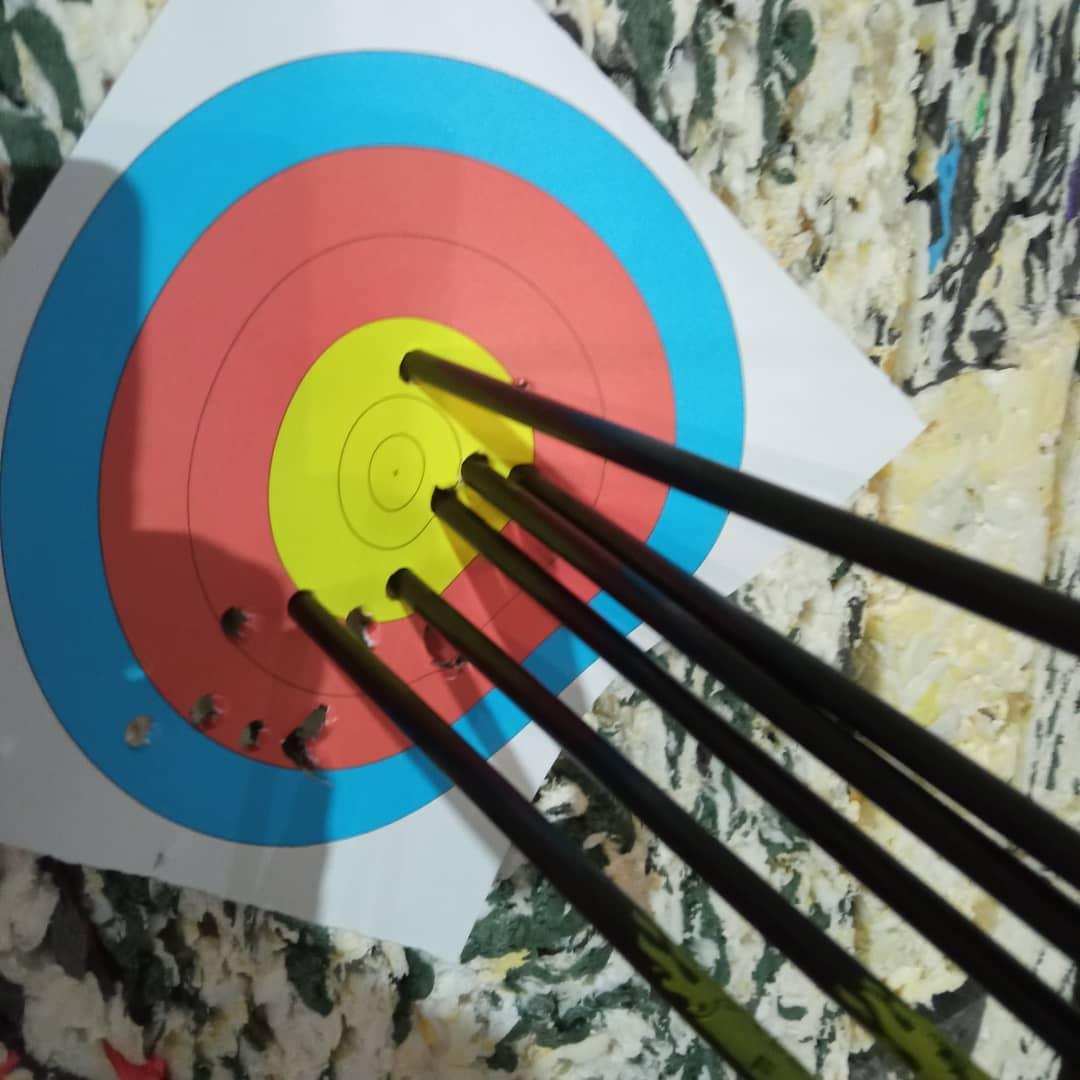 Проверяем на кучность новые фибергласовые стрелы Center Shot Spark. Довольно неплохо, в общем-то.#skstrelec #yarbalet #стреляемизлука #лучникиярославля